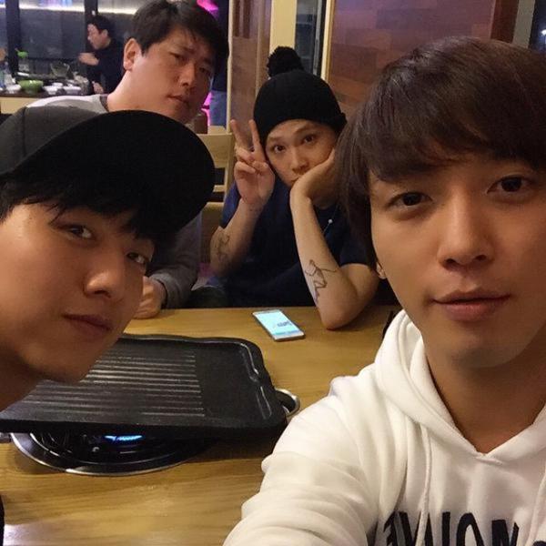 Yong Hwa và Jung Shin (CN Blue) hẹn Hong Ki (FT Island)