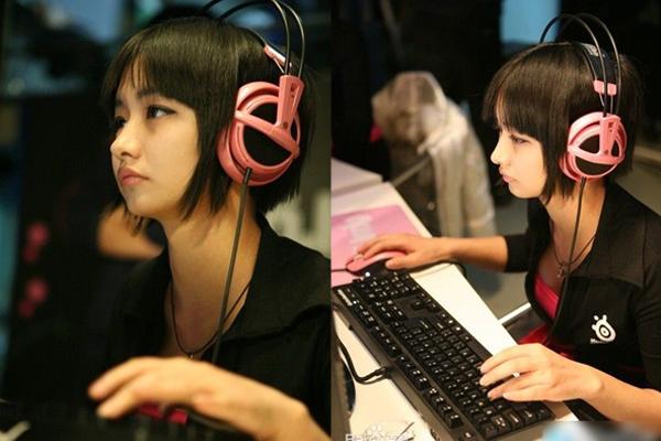 Hàn Ý Oánh nổi tiếng với nickname Miss, là nữ tuyển thủ chuyên nghiệp, từng giành thứ hạng cao trong các trận thi đấu Warcraft, StarCraft II, DotA, làm MC thuyết minh LOL và nhiều cuộc thi game khác.