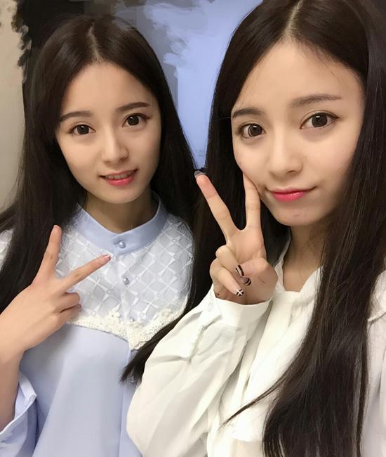 Hai chị em sinh ngày 28/10/1994, thuộc cung Thần Nông. Hà Tư Di là chị, đang học khoa phát   thanh của Học viện Nghệ thuật Nam Kinh.