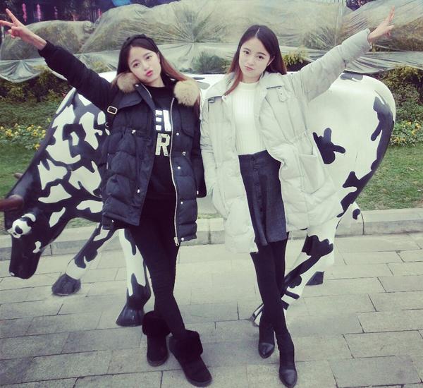Mới đây, cặp chị em song sinh Hà Tư Di - Hà Tư Kỳ thu hút sự chú ý của đông đảo cộng đồng   mạng Trung Quốc sau khi nhiều trang mạng đăng tin, ca ngợi vẻ đẹp và thành tích học tập của   cả hai.