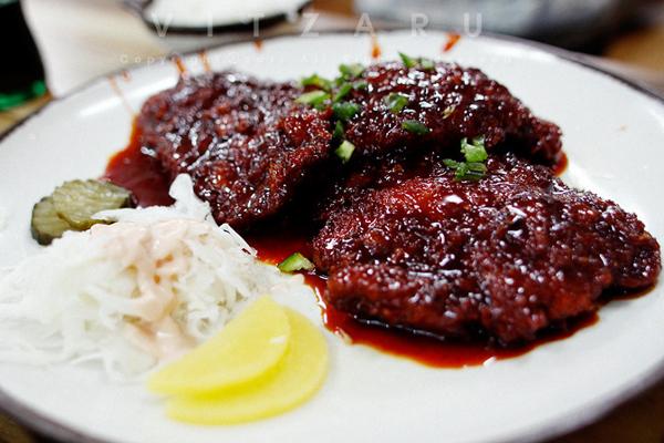 Miếng thịt heo trong món Onnuriye Donkatsu được nước sốt siêu cay. Ảnh: Vitzarulsy.