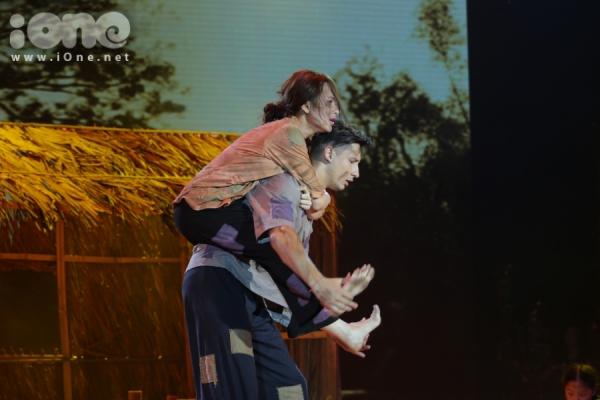 Angela Phương Trinh tái hiện cuộc đời đau khổ của chị Dậu trong tác phẩm Tắt đèn qua điệu rumba và múa đương đại. Dù thừa nhận bản thân còn