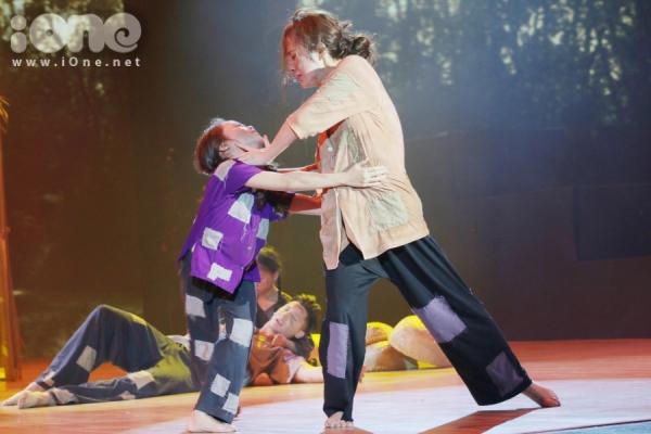 Trên sân khấu, nữ diễn viên chứng tỏ khả năng nhảy múa nhuần nhuyễn hơn với nhiều màn quăng bắt, quay người liên tục.Giám khảo Hồng Việt bị chinh phục vả cảm nhận nỗi đau đớn mà Phương Trinh thể hiện như giằng xé từ chính trong tim.