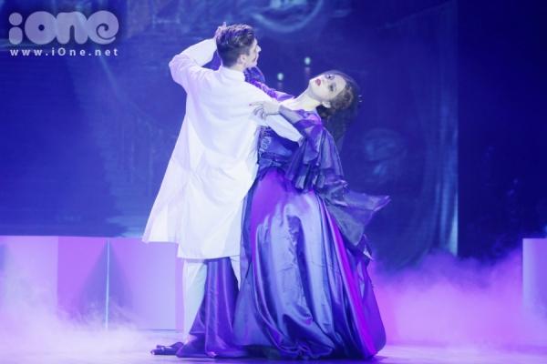 Ở đêm thi thứ 8, Hương Giang cùng bạn nhảy George thể hiện nỗi đau của một cặp vợ chồng khi họ mất đi đứa con thân yêu. Tiết mục của Hương Giang mang màu sắc kinh dị từ hoá trang đến biểu cảm.