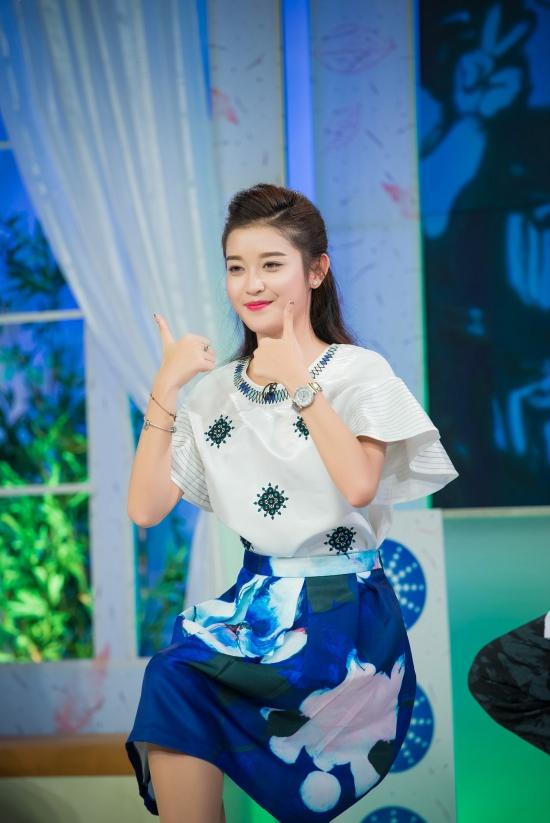 Huyền My cũng có phần thi tài ca hát vui nhộn cùngngười hâm mộ, tiếp thêm không khí sôi động cho chương trình.