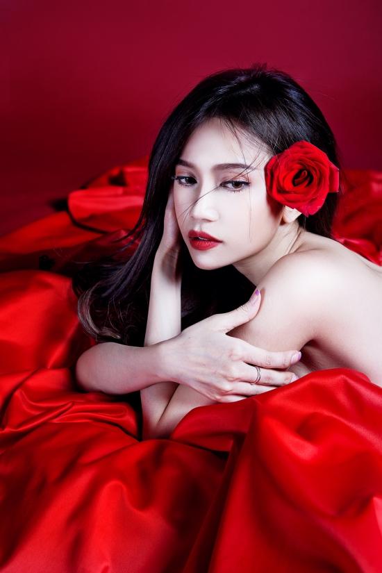 Phải yêu anh bao lâu nữa là sáng tác của nhạc sĩ trẻ MiAn Huỳnh, nữ nhạc sĩ từng hợp tác với Sĩ Thanh làm nên bản hit Xa anh chậm chậm thôi, ca khúc mới này hứa hẹn lấy nước mắt nhiều người nghe.