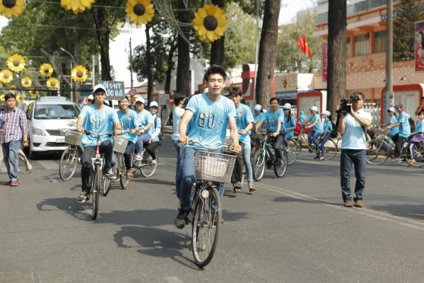 chiến dịch Giờ Trái Đất Xanh 2015 đã có gần 5000 lượt TNV đăng ký tham gia (tính riêng ở thành phố Hồ Chí Minh) chỉ trong  tiếng mở đơn. Khẩu hiệu của năm nay nhấn mạnh về ý thức Hành động của bạn hôm nay phản chiếu tương lai của trái đất và lời kêu gọi Hãy cùng chúng tôi hành động xanh cho một tương lai xanh. Bên cạnh những dự án quen thuộc trong khuôn khổ chiến dịch gồm Chuyển động xanh (đạp xe tuyên truyền cổ động thực hiện Giờ Trái đất Xanh); Năng lượng xanh (đến hộ dân tuyên truyền trực tiếp về tiết kiệm điện và kêu gọi tắt điện ủng hộ Giờ Trái đất xanh); 20s cho Giờ Trái đất (kêu gọi tắt máy xe khi dừng đèn đỏ trên 20s tại các ngã 4, vừa giảm lượng xăng tiêu thụ, vừa giảm phát thải ra môi trường); Vũ điệu hành động xanh (200 TNV sẽ nhảy flashmob cùng đại sứ của chiến dịch để kêu gọi và cổ vũ mọi người cùng nhau tắt điện),
