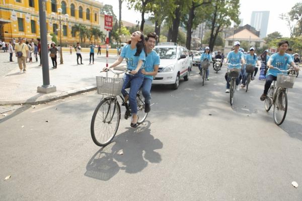 Ngay sau buổi lễ ra quân, dự án Chuyển động xanh đã khởi động với hoạt động đạp xe tuyên truyền quen thuộc được tiếp nối trên các tuyến đường trung tâm thành phố,. Chương trình có sự tham gia của hai đại sứ chiến dịch cùng lực lượng hơn 1000 TNV chiến dịch và Đoàn viên Thanh niên từ các đơn vị đồng hành. Đây cũng là hoạt động mở đầu cho chuỗi ngày đạp xe qua nhiều quận huyện trên địa bàn thành phố trong 2 tuần từ 14 đến 28/03 để kêu gọi người dân tắt điện không chỉ trong một giờ.