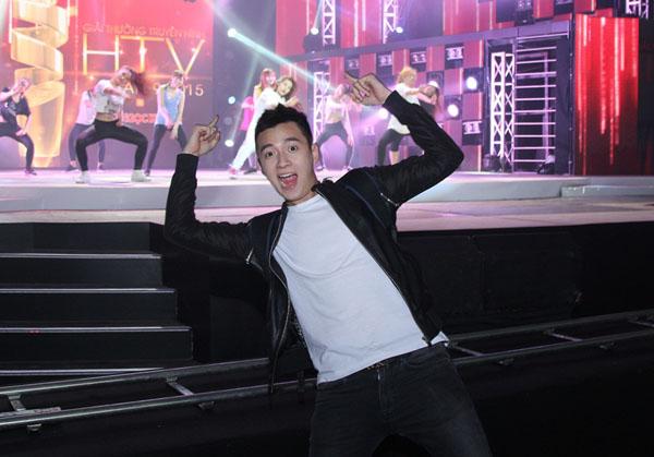 """Ngô Kiến Huy bày đủ trò nhí nhảnh chụp hình.Liveshow 1 """"Giải thưởng truyền hình HTV"""" diễn ra tối mai 21h, thứ 7 ngày 14/3, được truyền hình trực tiếp trên kênh HTV7."""