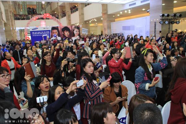 Chiều nay, hàng nghìn bạn trẻ Hà Thành đã đổ về một trung tâm thương mại lớn tại Hà Nội để tham dự một chương trình đấu giá từ thiện có sự xuất hiện của dàn diễn viên phim Tuổi Thanh Xuân