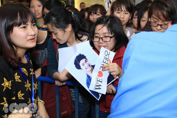 Ngay từ sớm, các fan đã có mặt đông nghịt với ảnh cùng biểu ngữ chào đón thần tượng  Trước áp lực của các Fan, Ban tổ chức đã liên tục phải nhắc nhở các Teen ổn định đội hình. Thậm chí đã phải lùi giờ của buổi giao lưu.