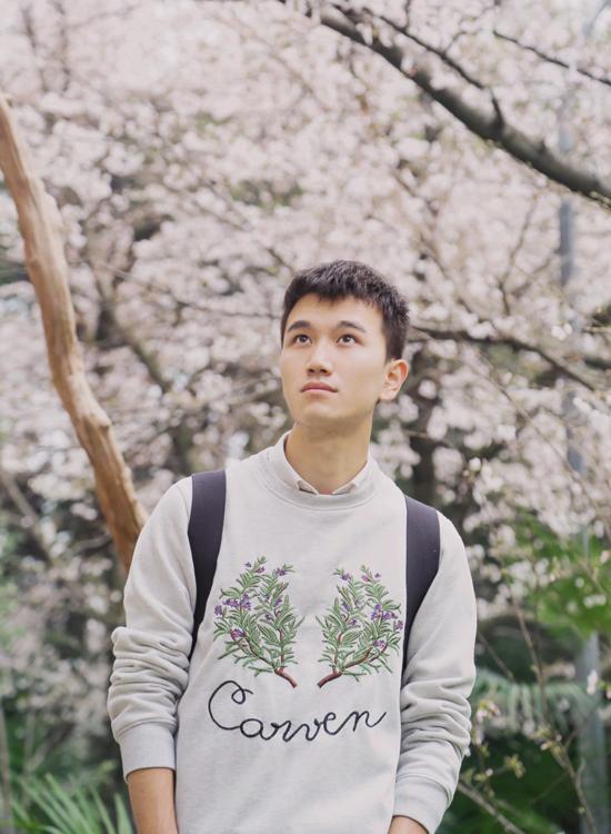 Mới đây, nam sinh năm thứ ba Đại học Vũ Hán - Lý Tề Hiền - bỗng nổi tiếng trên mạng Trung Quốc với những bức ảnh lãng mạn dưới hoa anh đào trong khuôn viên trường. Anh chàng được khen ngợi có diện mạo thư sinh sáng láng khá bảnh trai.