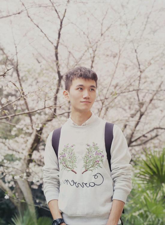 Lý Tề Hiền sinh ngày 24/4/1994, đang theo học khoa Toán kinh tế và kiểm toán tài chính tại Đại học Vũ Hán.