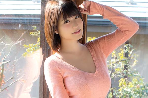 Gia nhập làng giải trí từ năm 17 tuổi, cô gái sinh năm 1993 sở hữu thân hình gợi cảm 89  57  86 cùng nụ cười quyến rũ hiện đang là một trong những gravure idol trẻ nổi tiếng nhất Nhật Bản.