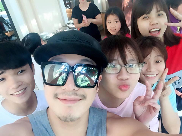 Bức ảnh Haha chụp selfie cùng một số bạn trẻ ở Đà Nẵng được các fan Việt xác nhận vào sáng 23/3. Ảnh: Facebook Running Man VietFans.