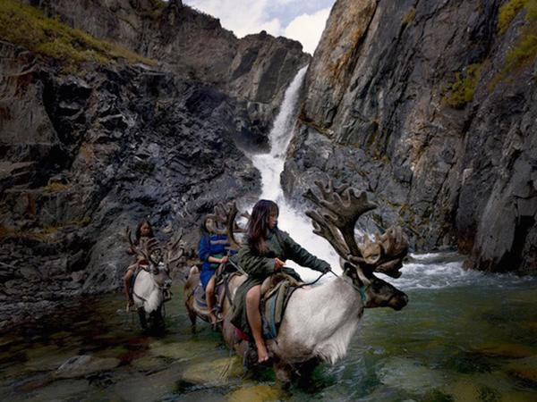 Người Dukha thuần hóa tuần lộc, nuôi chúng để lấy sữa, pho mát, lông và làm vật cưỡi trong   các cuộc đi săn nai và lợn rừng.