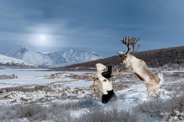 Bộ ảnh ghi lại cuộc sống khoáng đạt của bộ tộc chăn thả tuần lộc, vẻ đẹp con người và thiên   nhiên hoang vu nơi mảnh đất Mông Cổ.
