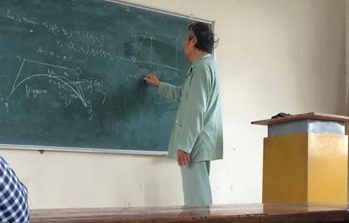 Thầy giáo mặc đồ bệnh đứng lớp khiến sinh viên Bách khoa rơi nước mắt