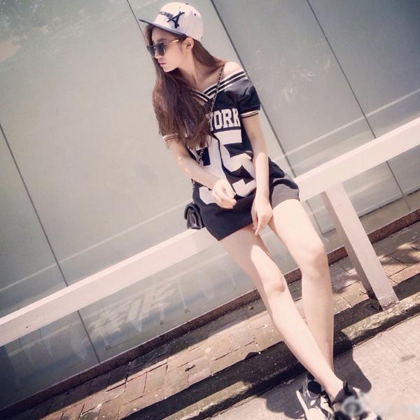 Cô nàng 9x có đôi chân thon dài hút mắt, thân hình đẹp quyến rũ, khiến các fan mê mẩn qua   những bộ ảnh quảng cáo chất ngây ngất.