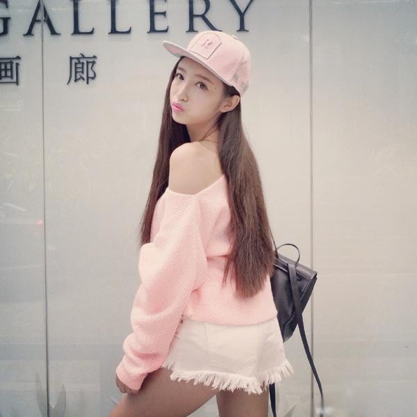 Công việc chính của Tử Tình là quản lý cửa hàng thời trang online và chụp ảnh quảng cáo.