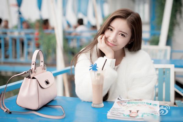 Trịnh Tử Tình (Zheng Zi Qing), sinh ngày 23/3/1990, ở Hàng Châu (tỉnh Chiết Giang, Trung   Quốc), là hot girl mạng Trung Quốc với trang cá nhân có hơn 140.000 người theo dõi.