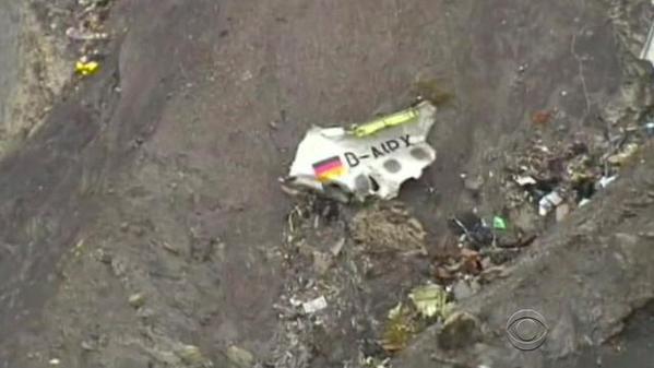 Mảnh vỡ máy bay được thấy trên sườn núi. Ảnh: CBS.
