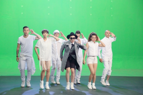 """Trước đó, nam ca sĩ được biết đến với những bản ballad ngọt ngào, nhẹ nhàng cùng hình ảnh lãng tử, lãng mạn. Đồng thời cũng chưa từng đưa vũ đạo hay kết hợp với nhóm nhảy trong MV. Đây được xem là bước """"lột xác"""" mạnh mẽ nhất của nam ca sĩ và cũng là bước đi đầu tiên trong việc thay đổi phong cách của anh trong âm nhạc. Ngoài ra, MV còn có sự tham gia của vũ đoàn Hoàng Thông, Rápoul, VJ Dustin Nguyễn, hotgirl Vivi Ng, RainC, ca - nhạc sĩ Phạm Hoàng Duy và cả fan của Trịnh Thăng Bình."""