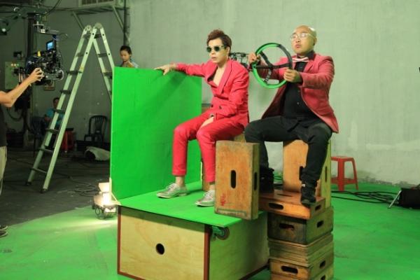 Ngoài ra, MV còn có sự tham gia của vũ đoàn Hoàng Thông, Rápoul, VJ Dustin Nguyễn, hotgirl Vivi Ng, RainC, ca - nhạc sĩ Phạm Hoàng Duy và cả fan của Trịnh Thăng Bình.