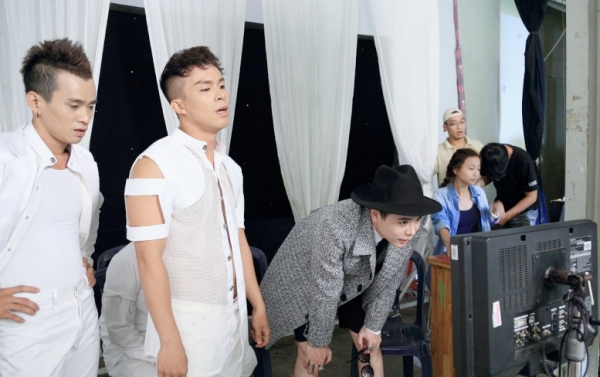 """Ngoài ra, khác với những sản phẩm âm nhạc trước, sau khi phát hành MV chính thức, nam ca sĩ mới phát hành audio single """"Sài Gòn Đêm Nay"""" cùng những bản phối khác vào khoảng đầu tháng 4/2015."""