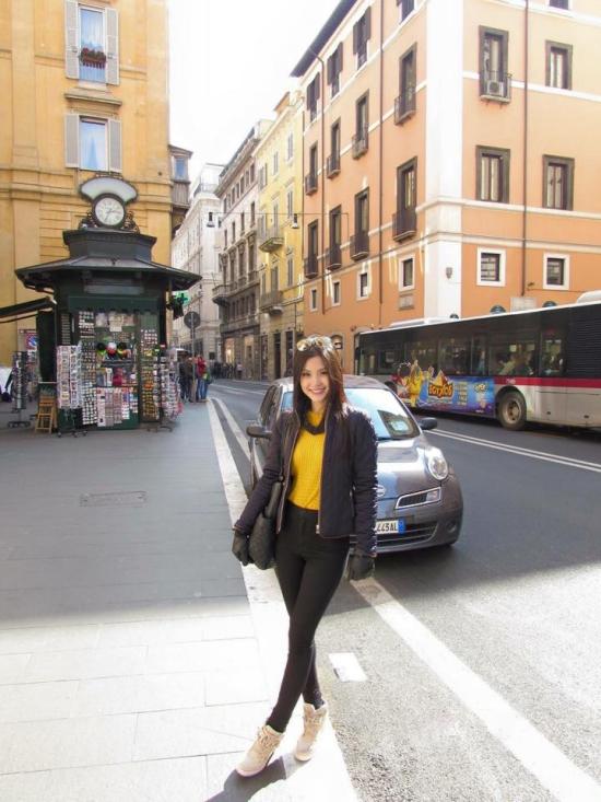 Diễm Trang dành thời gian thưởng ngoạn các nước châu Âu cùng những người bạn địa phương mà cô quen qua nhiều chuyến giao lưu Quốc tế.