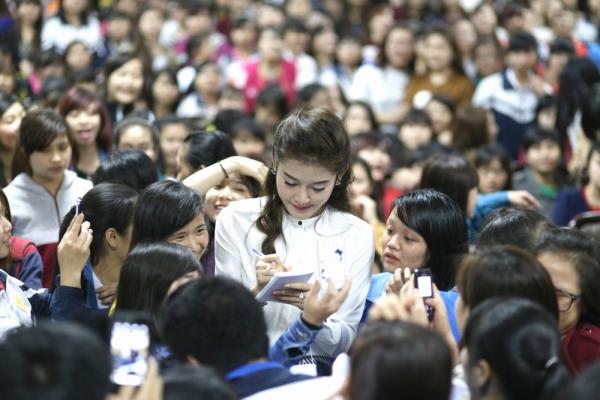 Cuối chương trình, Huyền My được các bạn sinh viênvây kín chụp hình. Người đẹp cũng ký tặng mệt nghỉ để đáp lại tình cảm của khán giả.