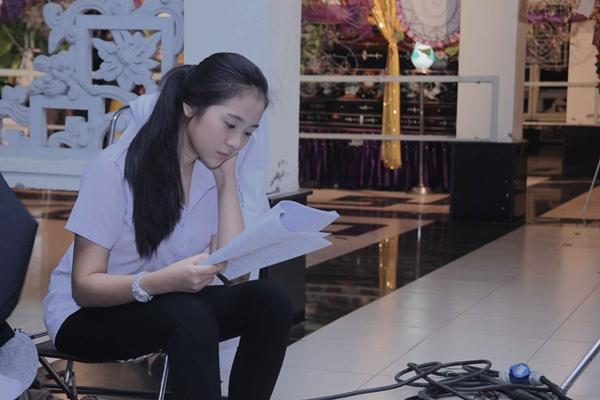 Trong lúc chờ ê kip chuẩn bị, cô nàng tranh thủ đọc lại kịch bản.