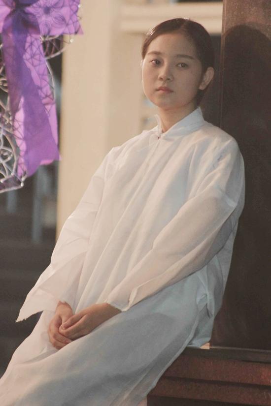 Tam Triều Dâng đang tất bật đảm nhận vai nữ chính bên cạnh dàn diễn viên gạo cội khác trong phim truyền hình Bữa tối của diều hâu. Trong một phân cảnh quay, Tam Triều Dâng phải diễn xuất tâm lý nhân vật khá khó khi mất người thân.