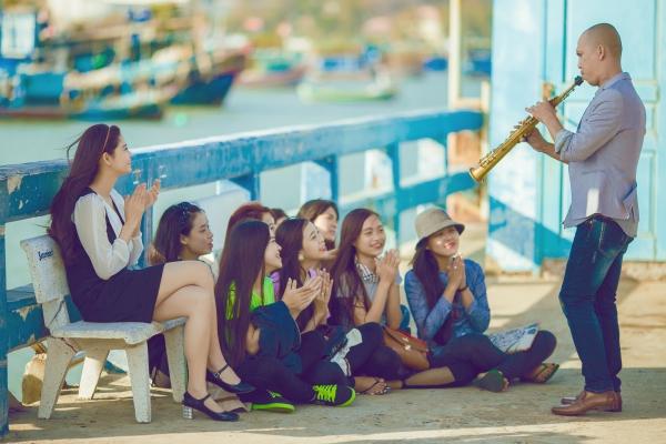 Trương Quỳnh Anh vừa nhận lời góp mặt trong MV Cần lắm củanghệ sỹ saxophone Minh Tâm Bùi. MVnói về tâm trạng của một anh chàng nghệ sĩ không may mắn trong tình yêu lẫn cuộc sống.Anh ta đang muốn tìm nơi yên bình để chốn chạy những nổi niềm riêng của mình