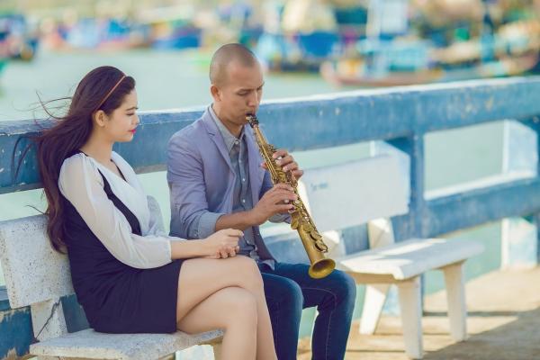 Tại một miền quê yên bình, chàng nghệ sĩ gặp gỡ và có cảm tình với một cô gái trẻ cũng đam mê với âm nhạc.Đôi lúc, cô lén nhìn anh say sưa dạy nhạc nhưng lại trầm buồn về những nổi niềm riêng của mình.