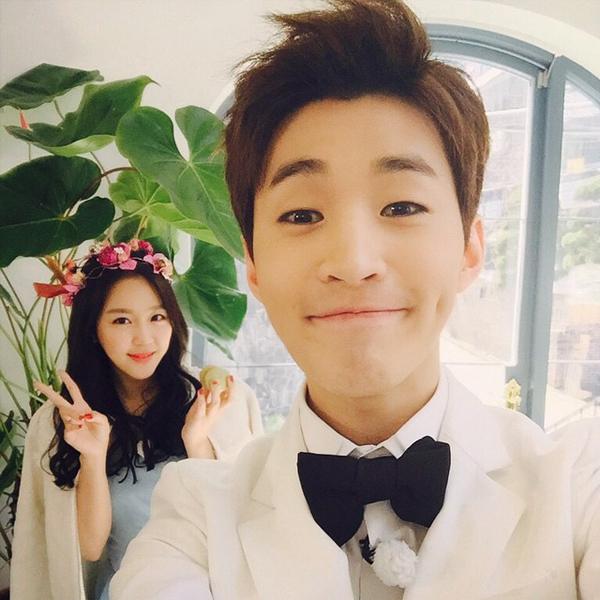 """Henry tự sướng trong hậu trường chụp ảnh cưới với """"vợ hờ"""" Ye Won (Jewelry)"""