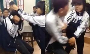 Nữ sinh đánh tới tấp bạn nam trong lớp do mâu thuẫn Facebook