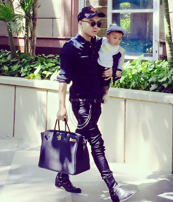 Mỗi lần được mặc quần áo mới, Nhím đều rất ngoan ngoãn. Dù rất thích con trai mặc đẹp, song tôi không muốn bé bị mệt vì những lớp quần áo. Khi con trai lớn hơn, tôi sẽ cho bé mặc đồ thời trang giống bố, nhà thiết kế chia sẻ.