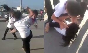 2 nữ sinh túm tóc đánh nhau giữa đường, bạn bè xung quanh cổ vũ