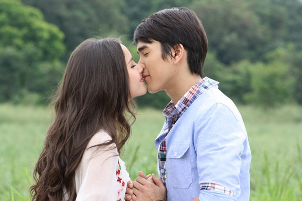 Gặp nhau lần đầu trong dự án phim truyền hình 4 Huajai Haeng Koon Kao và gây tiếng vang lớn trong cộng đồng mê phim Thái bởi sự dễ thương và hợp nhau trong phim lẫn ngoài đời, giúp cặp đôi Nadech  Yaya thu về một lượng fan hùng hậu cùng hàng loạt dự án phim, hợp đồng quảng cáo lớn.
