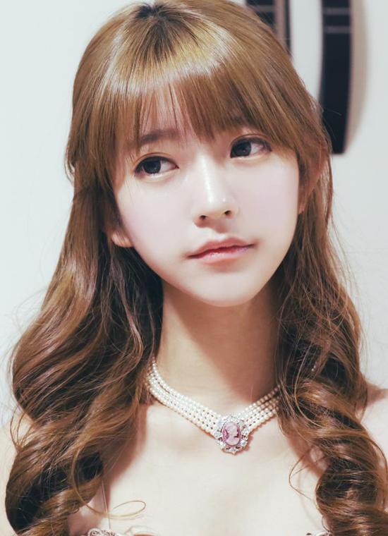 Yurisa, tên thật là Park Sun Hye, sinh ngày 2/4/1995, là người mẫu ảnh nổi tiếng ở Hàn   Quốc. Từ hai năm trước, Yurisa đã được nhiều cư dân mạng biết đến qua những bức ảnh   xinh như búp bê.