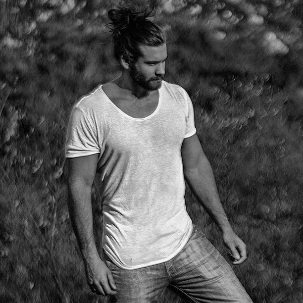"""Nhiều cư dân mạng gọi Brock là """"Thần Sấm phiên bản đời thực"""" hay hoài nghi anh chàng   chính là anh em họ của Chris Hemsworth, người thủ vai Thần Sấm Thor trong bộ phim   nổi tiếng cùng tên."""