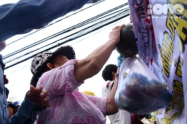 Nhiều bạn trẻ đã dùng thời gian rảnh về vùng ngập nước đưa dưa hấu ra Đà Nẵng tiêu thụ giúp bà con nông dân. Trong ảnh: Người dân ở chợ Cồn nhận dưa từ một nhà hảo tâm, người dùng 20 triệu đồng mua hơn 5 tấn dưa, cùng nhóm từ thiện Hương Lam phát miễn phí cho người lao động nghèo ở chợ Cồn vào chiều 2/4.