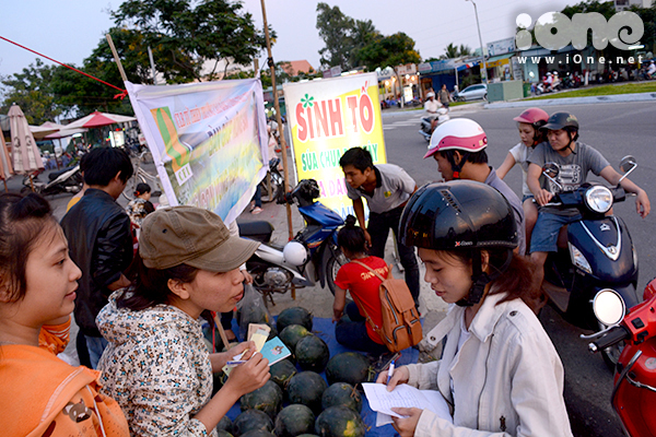 Suốt 5 ngày qua, nhiều điểm bán dưa giúp bà con vùng lũ mọc lên tại các tuyến đường trung tâm, các KCN tập trung đông người tại Đà Nẵng, khu vực Điện Ngọc, Điện Bàn, Quảng Nam& Hàng trăm tấn dưa cũng nhanh chóng được tiêu thụ.