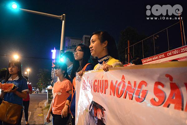 Nhóm bạn hơn 20 người từ Đội cháo từ thiện Quảng Nam bước sang ngày thứ  5 bán dưa hấu tình nguyện vào tối 2/4.