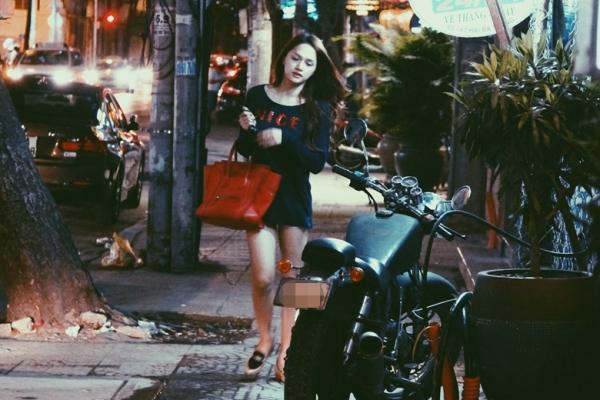 Mới đây, Hương Giang bị bắt gặp lang thang một mình tại trung tâm Sài Gòn. Nữ ca sĩ diện street style năng động với áo thun dáng dài và short ngắn.
