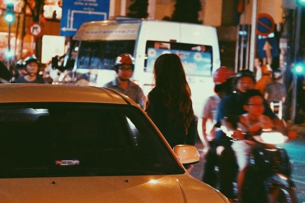 Nữ ca sĩ tự lái xe hơi về nhà. Chia sẻ về dự tính công việc sắp tới, Hương Giang cho biết chiđang chuẩn bị cho ca khúc mới theo dòng nhạc dance và chuẩn bị ra album Vol 2 của mình vào dịp tháng 6.