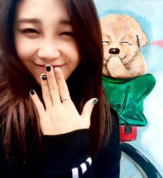 Eun Ji (Apink) che miệng cười híp mắt bắt chước chú chó.