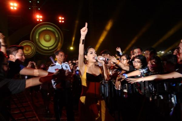 80 nghệ sĩ Việt Nam hứa hẹn sẽ đốt cháy sân khấu liên tục từ sáng đến chiều với những bản hit nổi tiếng.
