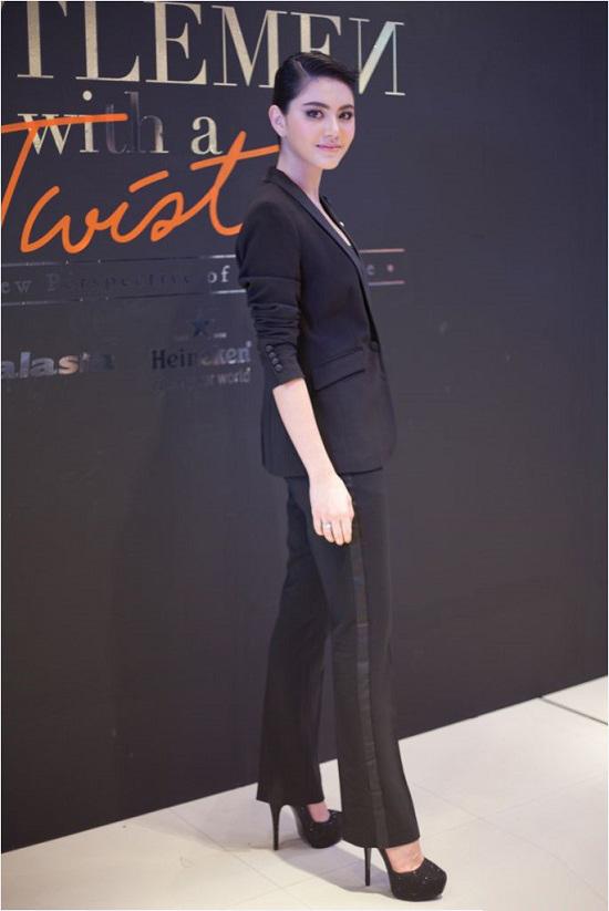 Vóc dáng hoàn hảo cùng vẻ đẹp lạnh lùng của Mai luôn được các nhà thiết kế thời trang săn đón cho những mẫu trang phục của họ.